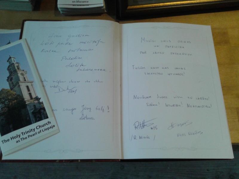 Neikšāns un Nitišs parakstījušies katedrāles viesu grāmatā