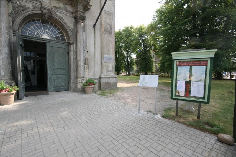 Informācijas plāksne braila rakstā pie katedrāles galvenās ieejas