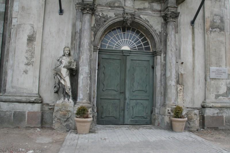 Galvenā ieeja - Rietumu portāls un fasāde